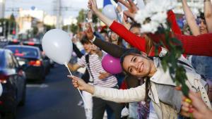 Flower-Power in Minsk: Tausende Demonstrantinnen lassen Blumen sprechen