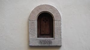 """""""Weinfenster"""" in Italien: Wie Corona eine Pest-Tradition wiederbelebt"""