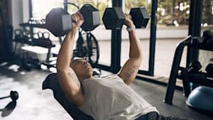Bankdrücken mit Kurzhanteln: Das perfekte Training zur Stärkung der Brustmuskulatur