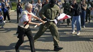 Belarussische Polizei schleppt Frauen an Händen und Füßen weg