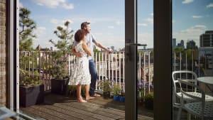 Paar geht am Balkon bis ans Äußerste, dann passiert das Unglück
