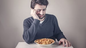 Wenn dein Essen nach diesen 2 Dingen schmeckt, hast du wahrscheinlich Corona