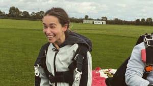 Kein Bock auf Geburtstag: Emilia Clarke geht lieber Fallschirmspringen