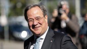 Ministerpräsident Armin Laschet ohne Maske im Flugzeug gesichtet!