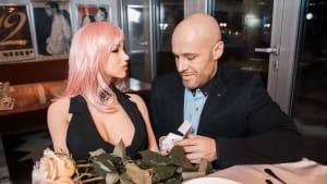 Mann liebt seine Sexpuppe: Jetzt will er sie heiraten (Video)