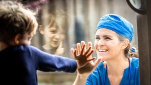 Weil sie als Krankenschwester für Covid-Patienten kämpft: Gericht entzieht Mutter das Sorgerecht