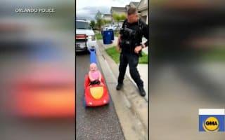 癒される!オモチャの車に乗る娘をおどけて取り締まる警察官の父親【映像】