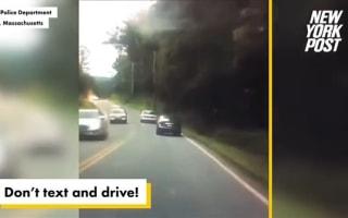 あわや大惨事!「ながら運転」の車が電柱に激突する瞬間【映像】