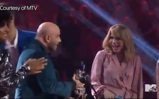 ジョン・トラボルタ、VMAでトロフィーを渡す相手を間違えた件を笑って否定