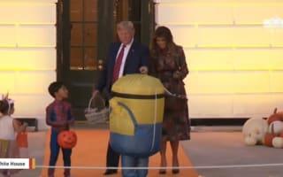 ハロウィンのお菓子を配る最中に、ミニオン姿の子供をからかうトランプ夫妻【映像】