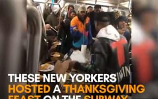 ニューヨークの地下鉄の車内で、乗客にご馳走が振舞われる