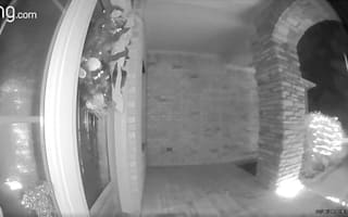 防犯カメラに映った、人がエイリアンに誘拐されて消えてしまったかのように見える瞬間【映像】