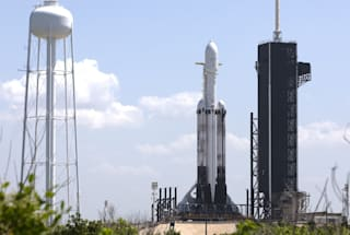 SpaceX's 'challenging' Falcon Heavy mission launch goes 2/3 on booster landings