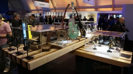 CES 2015: Gibson Brandsは大テントでLes Paulスピーカーやヘッドホンを展示、連日ライブも開催