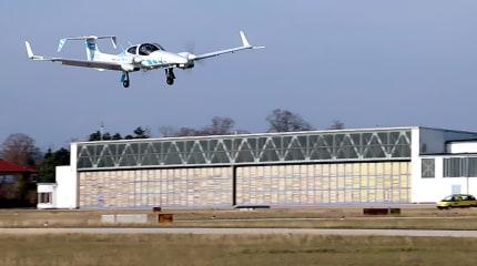 誘導なしの航空機自動着陸に初めて成功。可視光/赤外線カメラとGPSでコンピューターが操縦