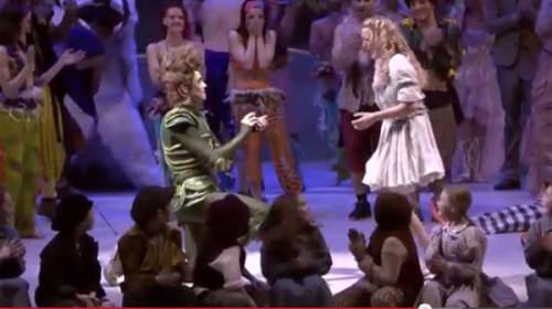 ピーター・パンが舞台上でウエンディに生プロポーズ 感動サプライズがネット上でも話題
