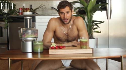 セクシーすぎるイケメン半裸シェフの料理講座に世界中から熱視線