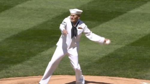 92歳の元気すぎるおじいちゃん、豪腕ピッチのノーバン始球式が話題に【動画】
