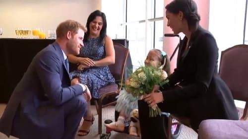 英ハリー王子、「笑顔を絶やさないで」と子供と指切り