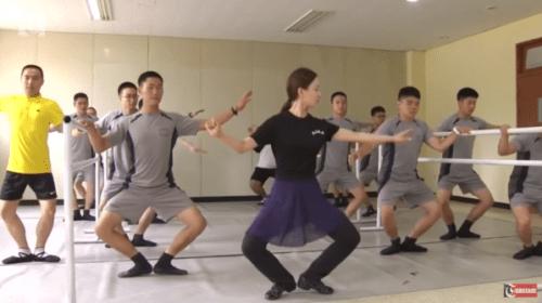 軍事境界線を守る韓国の兵士たち......が、バレエのレッスンを受けている!?