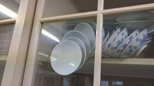 食器棚のお皿が・・・1枚の写真がネットユーザーの間で話題に 【追記あり】