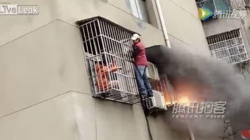 中国版バックドラフトかよ!火災現場で消防士が見せた人命救助ぶりがプロすぎる【動画】