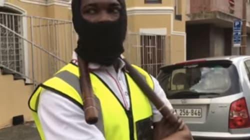 南アフリカのヌンチャク警備員が素晴らしい 華麗な手さばきで車を盗難から守る日々【動画】