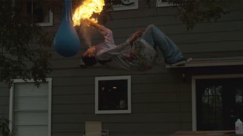 『ジャッカス』スティーヴォーがまた意味不明の超難度バカスタントwww バック転しながら口から火炎噴射【動画】