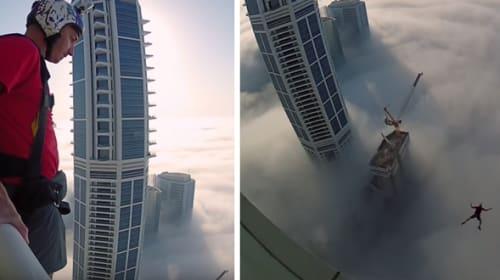 【これは怖い!】雲で地面が全く見えない高層ビルからジャンプ!