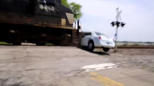 リムジンがど田舎の線路で立ち往生しクラッシュする衝撃映像
