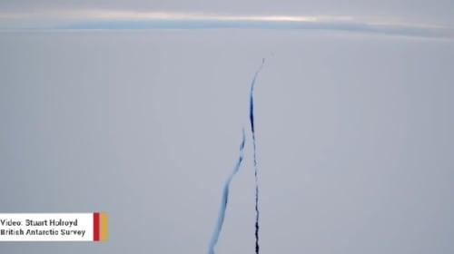 南極の棚氷にできた巨大な亀裂をドローンが撮影【動画】