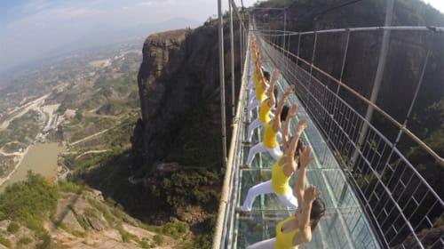 高さ180メートル!吊り橋の上で100人以上の中国美女がヨガしてて、見てるだけでコワすぎる【動画】