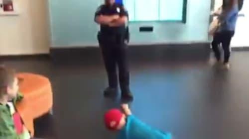 末期ガンを患う少年と警察官の心温まるダンスバトル映像が話題に