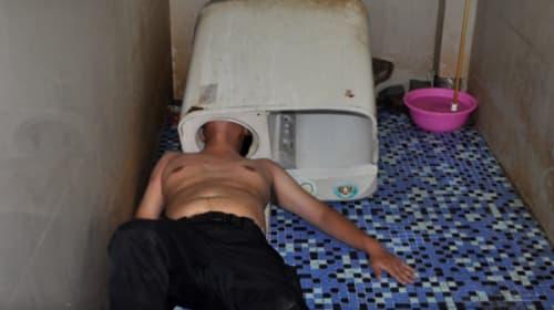 壊れた洗濯機をありえない方法で直そうとした男がエクストリームすぎるwww 「このほうがよく見えるから」【動画】