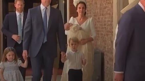 ルイ王子の洗礼式で行儀良くするジョージ王子、シャーロット王女が可愛すぎると話題に【映像】