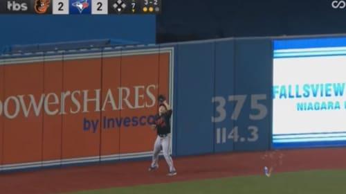 MLBワイルドカードでファンがビール缶を投げ込み守備妨害 度を過ぎた応援に非難殺到!