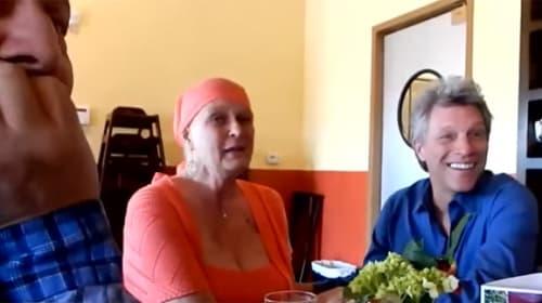 ボン・ジョヴィがガンと闘病中のファンをサプライズ訪問 「カッコよすぎる」と話題に【動画】