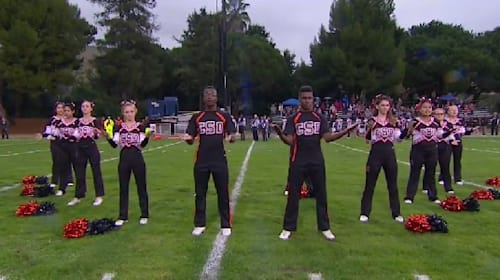 チアリーダーたちがデフフットボールの試合で国歌斉唱を手話で披露
