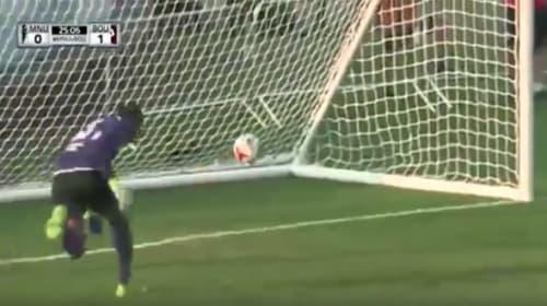 サッカーでとんでもないオウンゴールを放ったキーパーがヒドすぎるwww【動画】