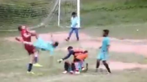 サッカーでそこまでやるか!乱闘中にドロップキックを繰り出す、インドの規格外のラフプレー【動画】
