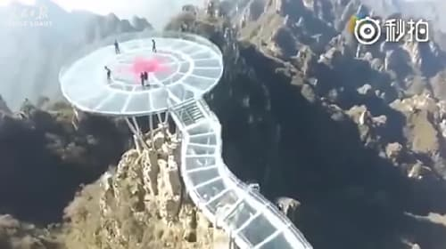 高さ457メートル!中国の山の上に建設されたガラス張りの展望台【映像】
