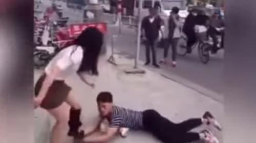 「捨てないで」と彼女の脚にしがみついて懇願する男性の映像が出回り「踏んだり蹴ったりすぎるwww」と話題に