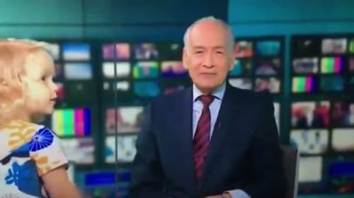 生放送中に自由に動き回る子供へのニュースキャスターの対応にほっこり【映像】