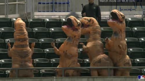野球場に突如現れたティラノ・ザウルス!試合以上に盛り上がって可愛すぎる【動画】