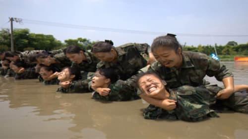めんどくさい客は腕力で制圧!?中国の美人CAたちは軍事訓練を受けているらしい!【動画】