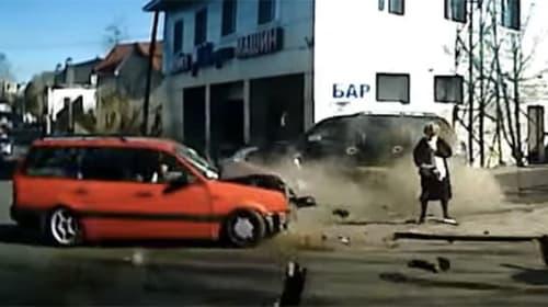 あと数ミリで大惨事!突っ込んで来た車を神回避したおばあちゃんがスゴすぎる衝撃映像