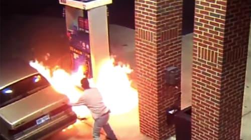 ガソリンスタンドで給油中にライターを使用→マイケル・ベイ映画ばりに大炎上する衝撃映像
