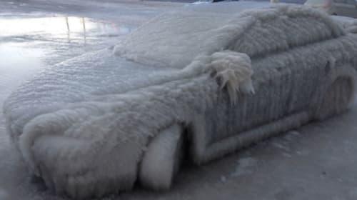 さっぽろ雪まつりかよ!アメフト観戦中、駐車場に停めてた車がまるごと氷漬けに【衝撃映像】
