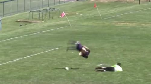 【神技】米高校サッカーで体操選手ばりの前転ひねりからの神シュート!
