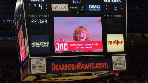 NHLの試合で大型スクリーンに映し出されたカワイイ坊やに話題騒然!
